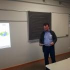 Foto 1 - Herr Lenz präsentiert den Aufbau seines Seminars.jpg