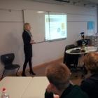 Foto 9 - Frau Freiberg zeigt den Schülern der 9a wie sie Ausbildungsplätze suchen.jpg