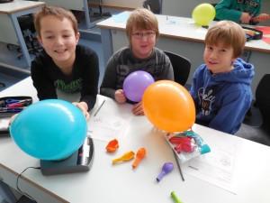 Finn Oskar Fißler (Escherode), Paul Bischoff (Nieste) und Oliver Ronan Bogatasch (Nieste) (v. l.) waren sichtlich überrascht und stellten fest, dass Luftballons mit Luft schwerer sind als ohne Luft.